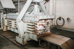 Ausrüstung für das Drücken des Papierabfalls in einer Abfallsortieranlage lizenzfreies stockbild