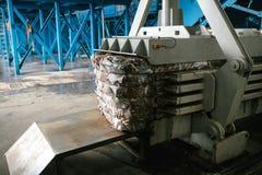 Ausrüstung für das Drücken des Papierabfalls in einer Abfallsortieranlage stockfotos