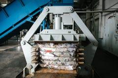 Ausrüstung für das Drücken des Papierabfalls in einer Abfallsortieranlage stockfoto