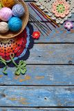 Ausrüstung für das Stricken und Häkelnadel, buntes Regenbogenbaumwollgarn, Ball von Threads, Wolle, strickten Elemente, Serviette lizenzfreie stockfotos