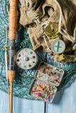 Ausrüstung für die Fischerei mit Kompass, Rucksack und Stangen Lizenzfreie Stockfotografie
