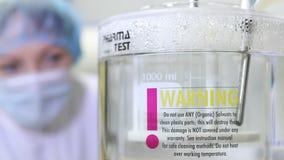 Ausrüstung für die Prüfung und das Analysieren von Drogen und Medizin im chemischen Labor Experiment im Labor mit Stockfoto