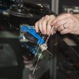 Ausrüstung für die Reparatur einer Windschutzscheibe des beschädigten Fahrzeugs stockbilder