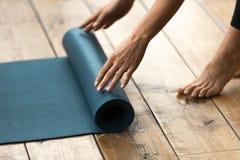 Ausrüstung für Eignung, pilates oder Yoga, blaue Übungsmatte lizenzfreies stockbild