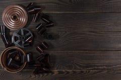 Ausrüstung für Filmentwicklung auf der dunklen Holzoberfläche Lizenzfreie Stockfotos