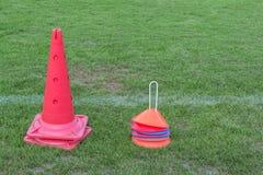 Ausrüstung für Fußballtraining am Übungsfeld stockfotos