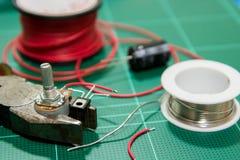 Ausrüstung für lötenden Widerstand, Transistor und die Kapazität Stockfotos