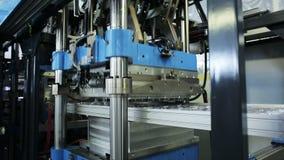 Ausrüstung für Produktion von Plastikbehältern für den Lebensmittelspeicher stock footage