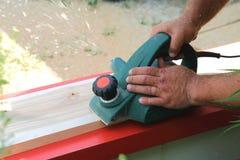 Ausrüstung fow Arbeit Verarbeitung des hölzernen Materials Ein Tischlermann ist Layin stockfoto