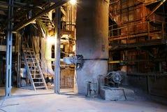 Ausrüstung, Kabel und Rohrleitung an der Fabrik