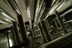 Ausrüstung, Seilzüge und Rohrleitung innerhalb der Fabrik Lizenzfreie Stockfotos