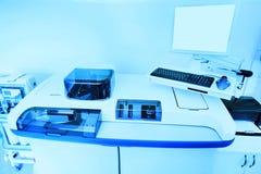 Ausrüstung und Apparat für Biochemie in einem modernen Labor lizenzfreie stockfotografie