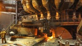 Ausrüstung und Maschinen in der metallurgischen Anlage Große Pumpen und Rohrleitungen Stationäres Maschinenöffnen Stockfoto