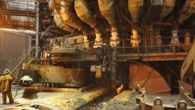 Ausrüstung und Maschinen in der metallurgischen Anlage Große Pumpen und Rohrleitungen Stationäres Maschinenöffnen Stockbilder