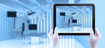 Ausrüstung und medizinische Geräte im modernen Operationsraum Stockfotos