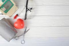 Ausrüstungen auf Tabelle mit Medizin, Stethoskop und Gläsern, Spitze stockfotos