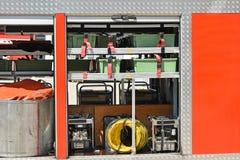 Ausrüstungen eines Feuerwehrmannfahrzeugs stockfotografie