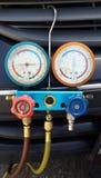 Ausrüstungs-Maß und Füllen der Klimaanlage Stockfoto