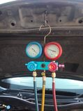Ausrüstungs-Maß und Füllen von Auto Klimaanlage stockfoto