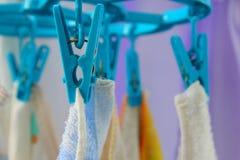 Ausrüstungszwickengewebe auf der Wäscheleine Lizenzfreie Stockbilder