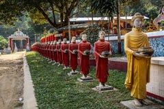 Ausrichtung von konkreten bhuddists Statuen an Kaw-Ka Thawng-Höhle, Hpa-an, Myanmar stockfoto