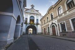 Ausrospoort (poort van dageraad) met basiliek van Madonna Ostrobramska stock afbeeldingen
