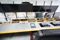 Ausrüstung im Raum für das Filmbildredigieren Stockfoto