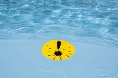Ausrufezeichen im Pool Stockfotos