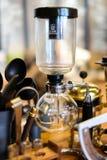 Aussaugheber-Kaffee an der Kaffeestube Stockbild