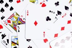 Ausschließliche Pokerkarten auf dem Tisch Stockbild