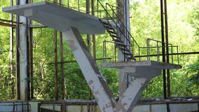 Ausschluss-Zonen-springende Plattformen Pripyat Tschornobyl an verlassenem Swimmingpool stock video