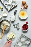 Ausschnitt-Butter der Frau Handnahe Backen-Bestandteilen Lizenzfreie Stockfotos