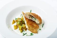 Ausschnitt cordon bleu mit Käse, Truthahn, Brotkrumen, Kartoffeln Stockbilder