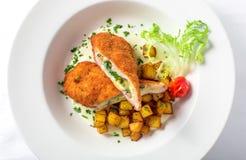 Ausschnitt cordon bleu mit Käse, Truthahn, Brotkrumen, Kartoffeln Lizenzfreie Stockfotografie