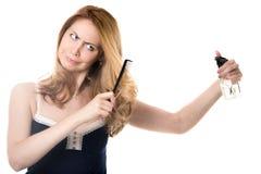 Ausschnitt der jungen Frau ihr Haar Stockfoto