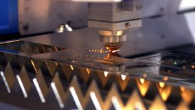 Ausschnitt des Metalls Funken fliegen von Laser clip Laser-Schneidemaschine-Technologie Industrielle Laser-Ausschnittverarbeitung stock footage