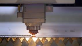 Ausschnitt des Metalls Funken fliegen von Laser Industrieller Laser-Scherblock mit Funken Die programmierten Roboterhauptschnitte stock footage