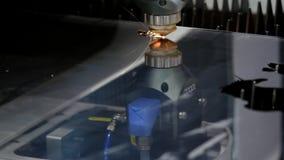 Ausschnitt des Metalls Funken fliegen von Laser Industrieller Laser-Scherblock mit Funken Die programmierten Roboterhauptschnitte stock video