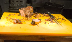 Ausschnitt gegrilltes Ersatzrindfleisch auf einem Schreibtisch Lizenzfreie Stockfotografie