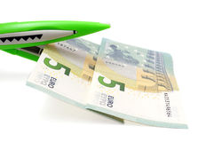 Ausschnitt kostet Konzept mit Geld, Scheren Lizenzfreie Stockbilder