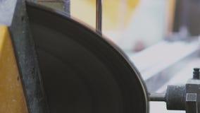 Ausschnitt PVC-Profil mit Rundschreiben sah, Plastikfensterfertigung stock footage