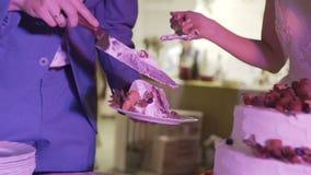 Ausschnitt- und Faltenplatten auf der Hochzeitstorte stock video footage