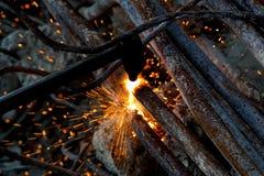 Ausschnitt von Stahlrohren mit Acetylenfackel Lizenzfreies Stockbild