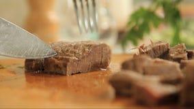 Ausschnittfrieden des gekochten Rindfleischfleisches auf einem hölzernen Schneidebrett stock video