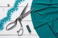 Ausschnittgewebe oder feiner Stoff mit einem Schneider scissors auf hölzernem t stockfotos