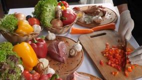 Ausschnittkarotten auf einem hölzernen Brett, gegen den Hintergrund des Huhns, Rindfleisch, Kap, Gemüse Noch Leben 1 Weicher Foku stock video