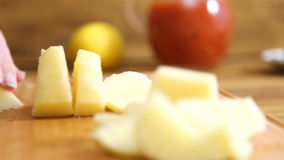 Ausschnittkartoffeln auf Holztisch stock footage