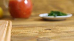 Ausschnittkartoffeln auf Holztisch stock video footage