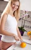 Ausschnittorange der schwangeren Frau Stockfoto