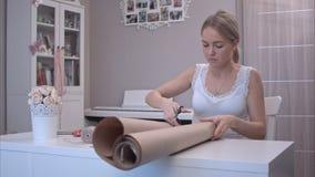 Ausschnittpackpapier der jungen Frau stockfoto